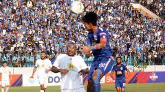 Indosport - Bek Barito Putera, Andri Ibo (kiri) saat berduel dengan striker PSIS Semarang, Hari Nur Yulianto. Foto: Ronald Seger Prabowo/INDOSPORT
