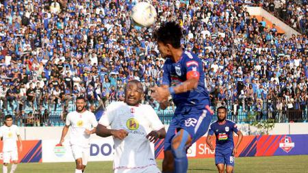 Bek Barito Putera, Andri Ibo (kiri) saat berduel dengan striker PSIS Semarang, Hari Nur Yulianto. Foto: Ronald Seger Prabowo/INDOSPORT - INDOSPORT