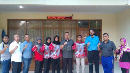 Kadispora Sumut, Baharuddin Siagian (lima kanan) foto bersama dengan atlet binaan PPLP-D Sumut yang akan mewakili Indonesia di ASEAN Schools Games 2019, di Asrama PPLP-D Sumut, Medan, Jumat (5/7/2019). - INDOSPORT