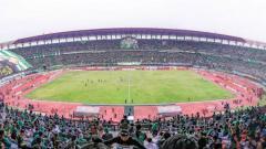 Indosport - Stadion Gelora Bung Tomo yang dihadiri ribuan Bonek, untuk mendukung Persebaya bertanding di Liga 1.
