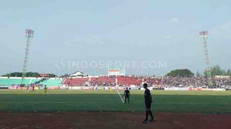 Suporter Persik Kediri justru terlihat memadati Stadion Wilis, Kota Madiun - INDOSPORT