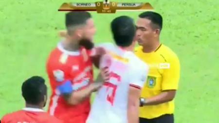 Diego Michels dorong Sandi Sute hingga terpelanting di laga Borneo FC vs Persija Jakarta - INDOSPORT