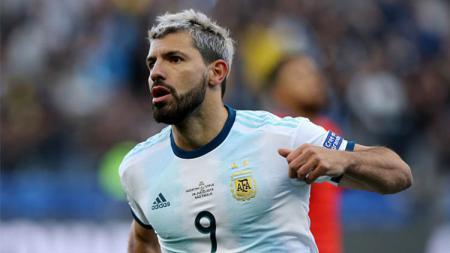 Sergio Aguero lakukan selebrasi usai mencetak gol pertama Argentina di laga melawan Chile (07/07/29) pada perebutan juara 3 Copa America 2019. - INDOSPORT