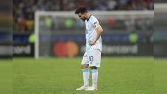 Indosport - Lionel Messi dikartu merah oleh wasit