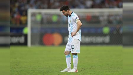 Lionel Messi dikartu merah oleh wasit pada perebutan juara 3 Copa America 2019 antara Argentina vs Chile - INDOSPORT
