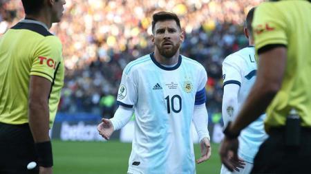 Lionel Messi dikartu merah oleh wasit, yang berujung pada komentar pedasnya pasca laga kepada panitia Copa America 2019. - INDOSPORT