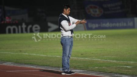 Pelatih Persela Lamongan, Nilmaizar saat ini tengah menunggu jadwal lanjutan Liga 1 2020 agar bisa menentukan waktu latihan bagi para pemainnya. - INDOSPORT