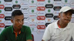 Indosport - Pelatih PSMS Medan Abdul Rahman Gurning (kanan) didampingi pemainnya Bayu Tri Sanjaya (kiri) dalam temu pers usai pertandingan.