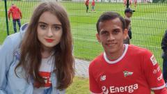 Indosport - Egy Maulana Vikri bersama dengan Alicja, fans cantik Lechia Gdansk