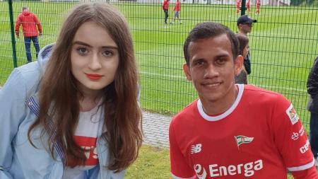 Egy Maulana Vikri bersama dengan Alicja, fans cantik Lechia Gdansk - INDOSPORT