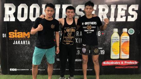 Petarung muda asal Indonesia David Leonardo (20) dan Rahul Pinem (19) sukses meraih kemenangan pada debut internasionalnya pada Rookie Series Kickboxing Tournament di Thailand - INDOSPORT