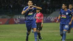 Indosport - Wallace Costa selebrasi usai mencetak gol ke gawang Persela.