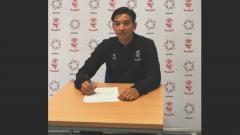 Indosport - Jack Brown Saat Menandatangani Kontrak Bersama Lincoln FC