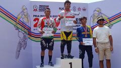 Indosport - Sempat Terseret Insiden Kecelakaan, Pembalap Jawa Barat, Rio Akbar Sukses Naik Podium.
