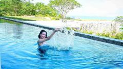 Indosport - Pesona penyanyi dangdut sekaligus aktris, Wika Salim, menjadi sorotan publik saat berenang di kolam bernuansa alam.