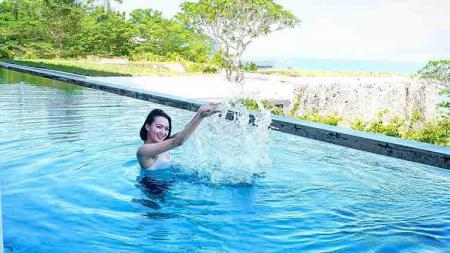 Pesona penyanyi dangdut sekaligus aktris, Wika Salim, menjadi sorotan publik saat berenang di kolam bernuansa alam. - INDOSPORT