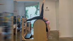 Indosport - Jennie 'Blackpink' melakukan senam pilates.
