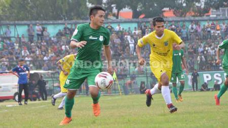 Pemain PSMS Medan, Natanael Siringo Ringo (kiri). (Aldi Aulia Anwar/INDOSPORT). - INDOSPORT