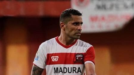 Alberto 'Beto' Goncalves kecewa usai Madura United tersingkir dari Piala Indonesia. - INDOSPORT
