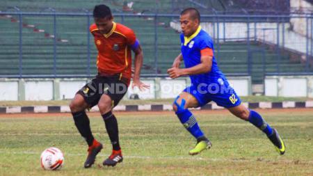Striker Blitar Bandung United, Tantan mencoba mengejar bola saat pertandingan Liga 2 2019 menghadapi Persibat Batang di Stadion Siliwangi, Kota Bandung, Minggu (07/07/2019). - INDOSPORT