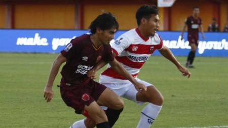 Pemain PSM Makassar Rasyid Bakrie (kiri) berduel dengan Zulfiandi di laga Liga 1. - INDOSPORT