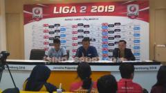Indosport - Pelatih PSCS Cilacap, Djoko Susilo, memberikat komentar usai timnya dikalahkan Sriwijaya FC, Minggu (07/07/19) (Ronald Seger Prabowo