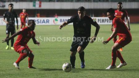 Brian Ferreira (tengah) dijaga dua pemain, dalam laga pekan ketujuh Liga 1 2019 Kalteng Putra vs PSS Sleman (Minggu 07/07/2019) (Ronald Seger Prabowo/INDOSPORT) - INDOSPORT