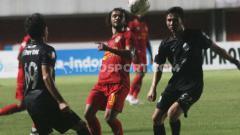 Indosport - Hedipo Gustavo (tengah) dijaga dua pemain dalam laga pekan ketujuh Liga 1 2019 (Minggu, 07/07/2019).