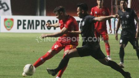 Diogo Campos (kiri) mencoba merebut bola, dalam laga pekan ketujuh Liga 1 2019 (Minggu 07/07/2019) (Ronald Seger Prabowo/INDOSPORT). - INDOSPORT