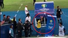 Indosport - Gabriel Jesus mengamuk dan berusaha 'menghancurkan' monitor VAR