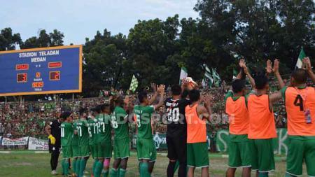 Para pemain PSMS Medan melakukan selebrasi dihadapan suporter usai meraih kemenangan. - INDOSPORT