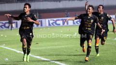 Indosport - Haris Tuharea melakukan selebrasi bersama rekan satu timnya saat membobol gawang Kalteng Putera. Foto: Ronald Seger Prabowo/INDOSPORT