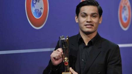 Keziah Veendorp saat mendapat penghargaan prestisius dari UEFA. - INDOSPORT