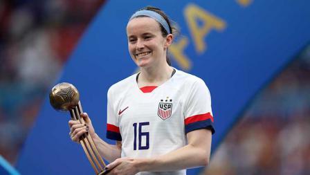 Rose Lavelle dari Timnas Amerika Serikat semringah usai menerima trofi Bronze Ball sebagai pemain terbaik ketiga turnamen Piala Dunia Wanita 2019 (07/07/19). Marc Atkins / Getty Images