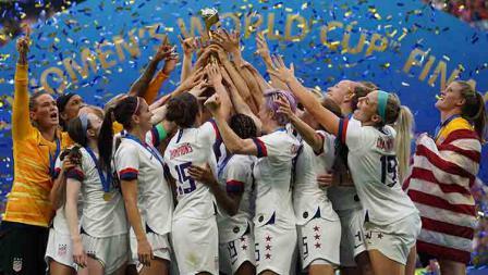 Kemeriahan timnas sepak bola wanita Amerika Serikat juara Piala Dunia 2019 usai kalahkan Belanda di Stade de Lyon  (07/07/19).  Daniela Porcelli/Getty Images