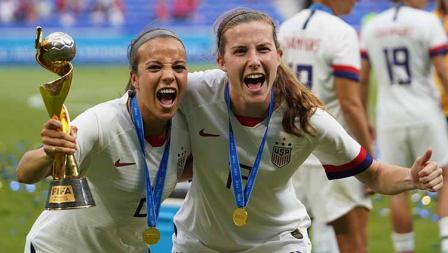 Mallory Pugh dan Tierna Davidson merayakan kemenangan sebagai juara Piala Dunia Wanita 2019 di Stade de Lyon melawan Belanda (07/07/19).  Daniela Porcelli/Getty Images