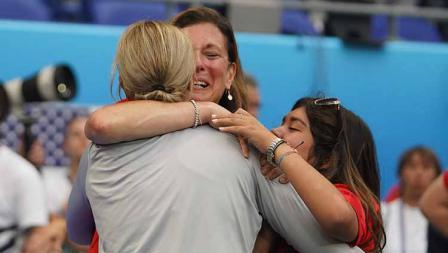 Pelatih Amerika Serikat Jill Ellis memeluk anggota keluarganya usai memenangkan laga sebagai juara Piala Dunia Wanita 2019 (07/07/19). Daniela Porcelli/Getty Images