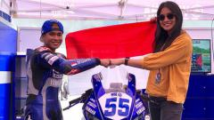 Indosport - Anindya Kusuma Putri mendukung langsung Galang Hendra di balapan World Super Sport 300.