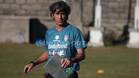 Pelatih Bali United, Stefano Cugurra. - INDOSPORT