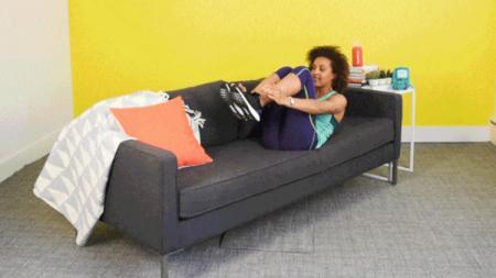 Ilustrasi workout dengan menggunakan sofa. - INDOSPORT