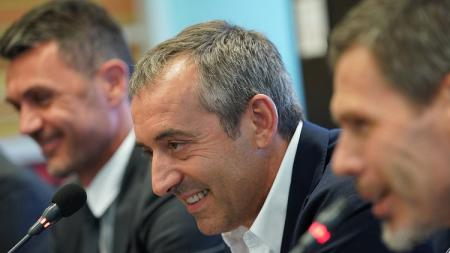 Marco Giampaolo (tengah) dalam sesi konferensi pers di Milanelo, Senin (08/07/19). - INDOSPORT