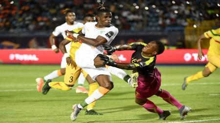 Wilfried Zaha mencetak gol ke gawang Mali pada 16 besar Piala Afrika 2019, Selasa (09/07/19) - INDOSPORT