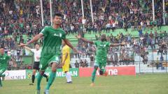Indosport - Pemain PSMS Medan Ilham Fathoni melakukan selebrasi saat cetak gol ke gawang Perserang Serang.