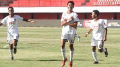 Indosport - Gelandang klub Liga 1 Bali United, Kadek Dimas Satria tetap semangat berlatih dalam situasi Covid-19 di Indonesia yang sedang meningkat.
