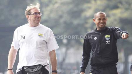 Kapten Supardi Nasir (kanan) bersama pelatih Robert Rene Alberts di Stadion GBK beberapa waktu lalu. - INDOSPORT