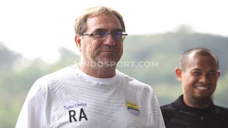 Pelatih Persib Bandung, Robert Rene Alberts (kiri), menyebut regulasi agar klub memainkan pemain U-20 pada lanjutan Liga 1 2020 kurang tepat. - INDOSPORT