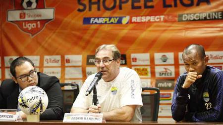 Robert Rene Alberts bingung terhadap keputusan wasit yang menghentikan laga secara tiba-tiba kala bertandang melawan Badak Lampung FC pada Minggu (26/8/19). - INDOSPORT