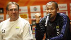 Indosport - Robert Rene Alberts ditemani kapten Persib, Supardi.