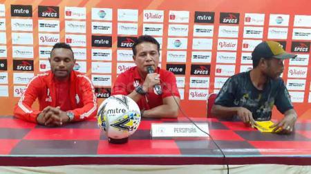 Pelatih Kiper Persipura Jayapura, Alan Haviludin bersama Titus Bonai saat konferensi pers. - INDOSPORT
