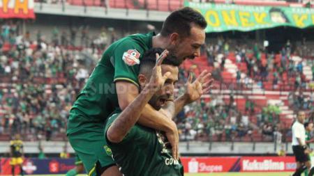 Aksi selebrasi Manuchekhr Dzhalilov usai cetak gol Persebaya Surabaya ke gawang Barito Putera dalam lanjutan Shopee Liga 1 2019. - INDOSPORT